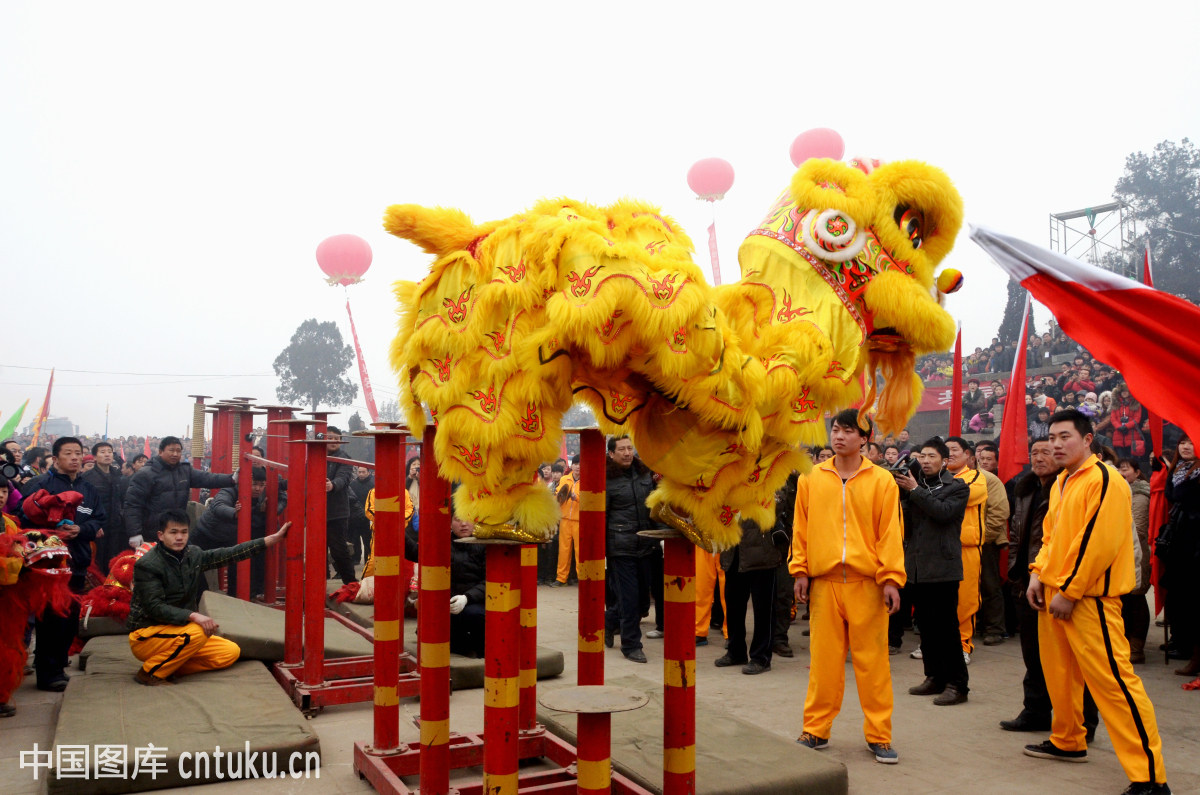 龘贤居2018年新春团拜会中精彩绝伦的传统醒狮震撼表演