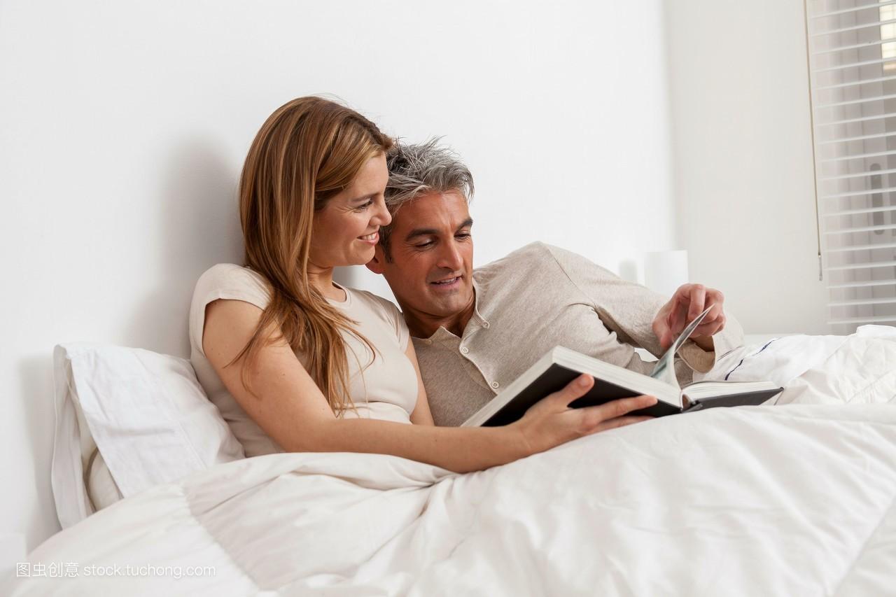 夫妻��d�9f�x�~j�>�X_休闲,夫妻,好玩,乐趣,坐着,财产,阅读,就座,坐,嫩模,家,房屋,横图,爱