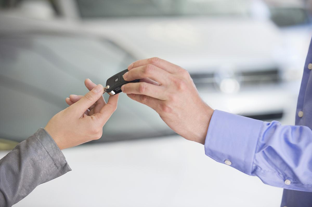 售货员把车钥匙交给女人