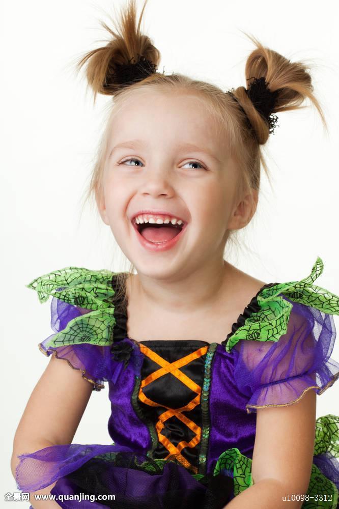 小女孩憋着不笑的表情分享展示图片
