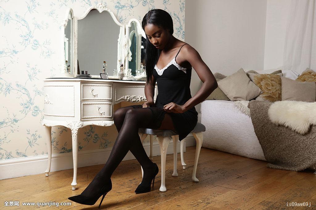 亚洲唯美丝袜_美女,坐,梳妆台,凳子,穿戴,丝袜