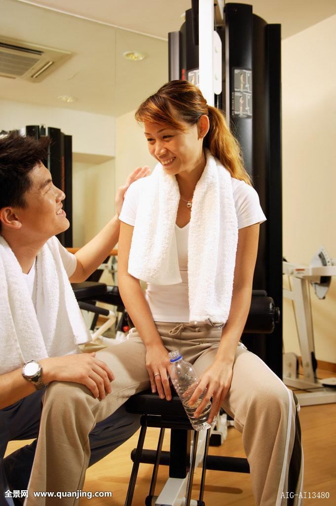 男人蹲坐女人健身器械