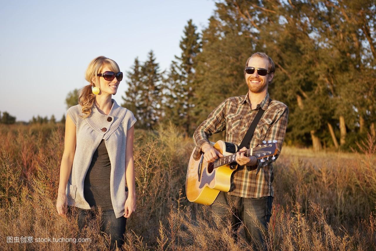 帅气,情侣,夫妻,白天,靠近照相机,牧场,森林,不看镜头,主视图,郊外图片