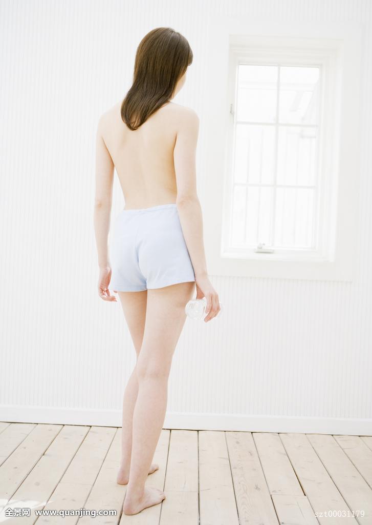 成年,年轻,亚洲人,日本人,中长发,棕发,裸体,全身,上身,躯干,背影图片
