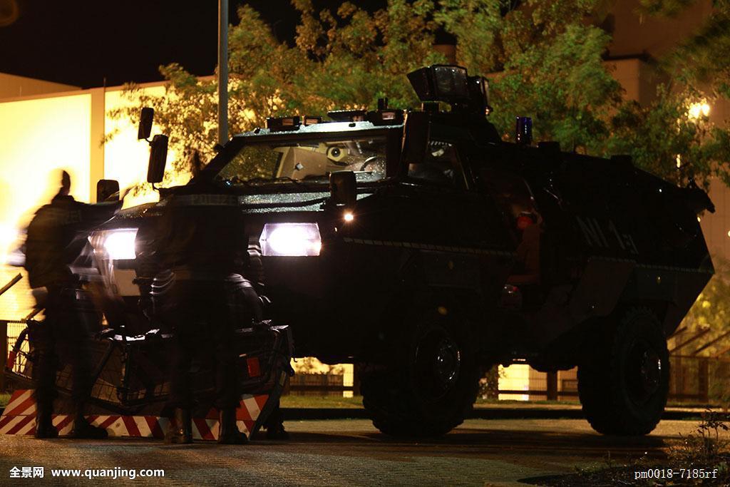 尊贵_疏散,警察,交通工具,蓝光,毁坏,展示,尊贵,通行权,重
