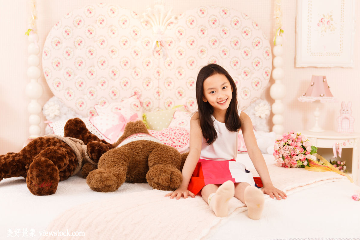 坐的_可爱的小女孩坐在床上