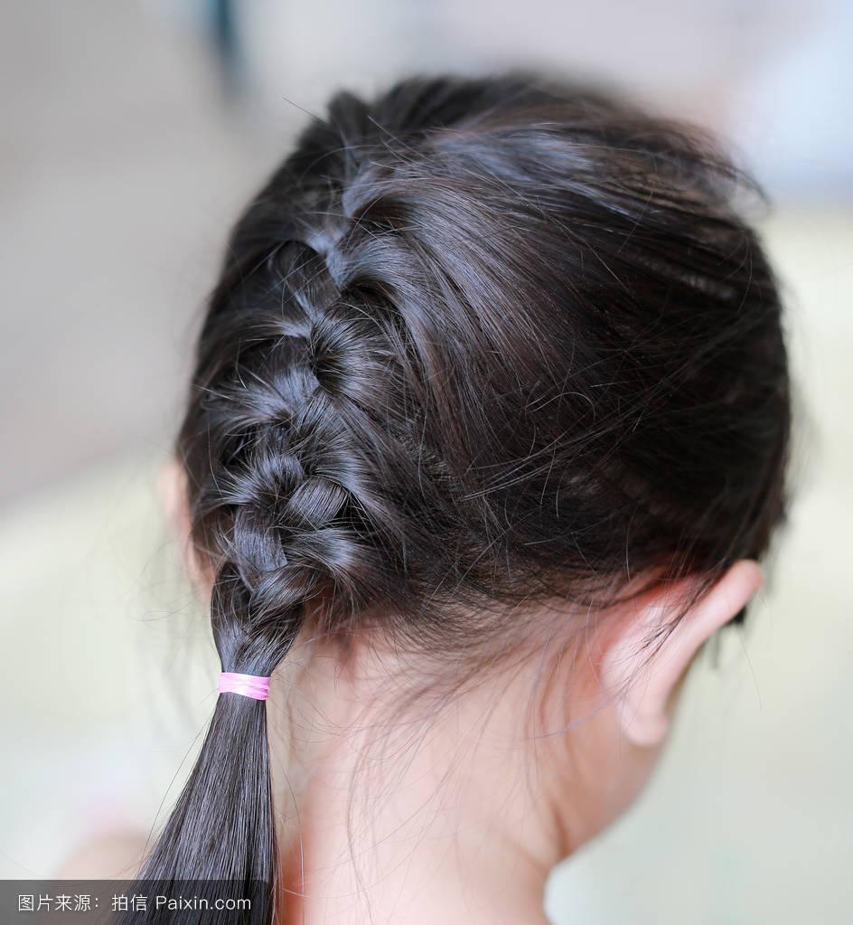 如何编织好看发型 心形编辫子发_发型设计图片