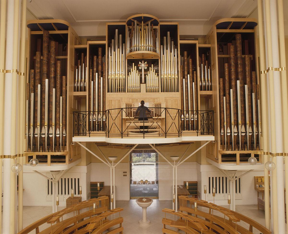 演奏管风琴在空旷的教堂图片