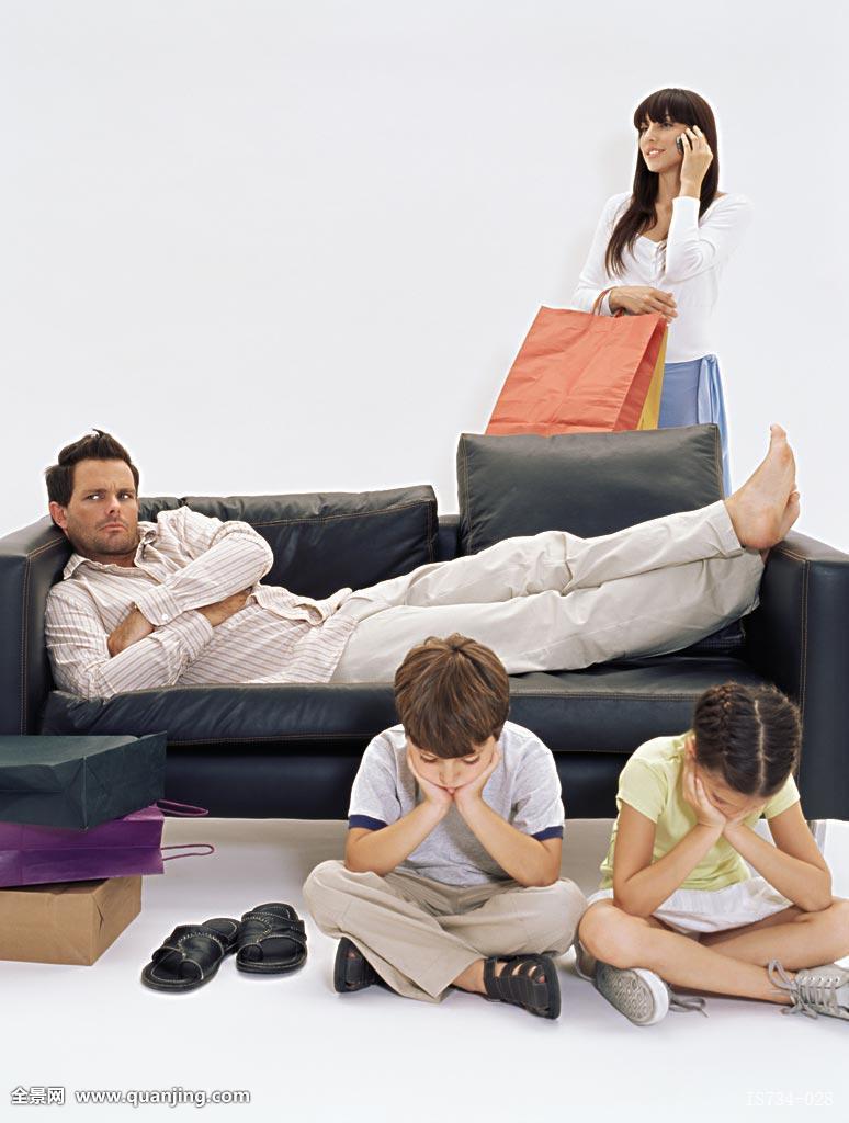 妈妈色爸爸色_色彩,沟通,思考,消费者,消费,容器,留白,沙发,伴侣,双腿交叉,爸爸