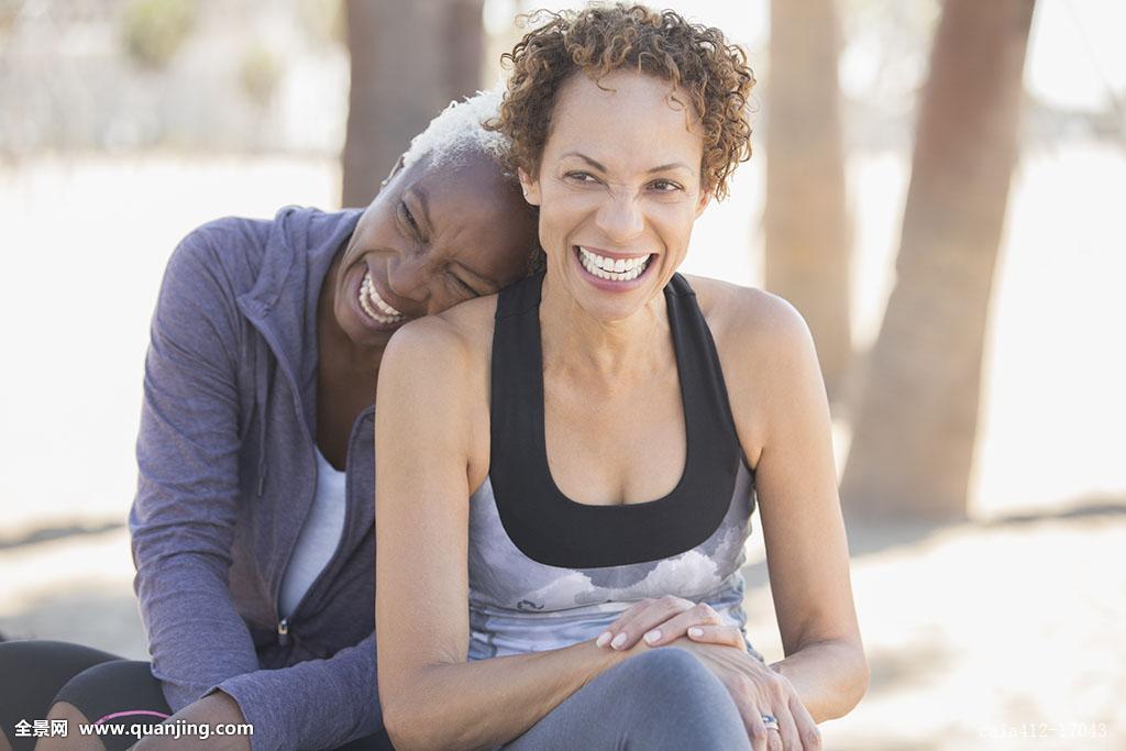 非洲肌肉女_50-54岁,55-59岁,情感,非洲人,亲密,白人,彩色照片,留白,白天,热情