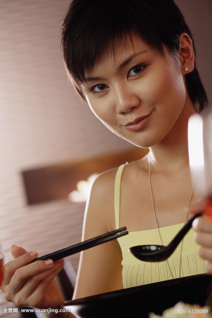 女青年,拿着,筷子,勺子,看镜头图片