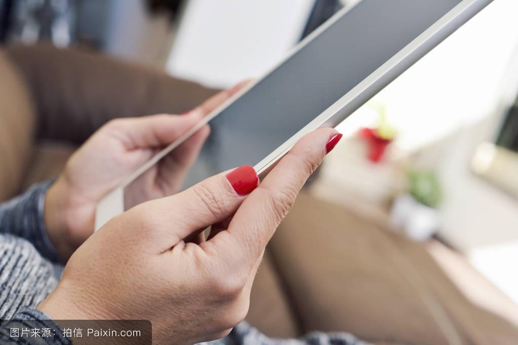 李恩率性爱_休息,网络性爱,女人,信息,聊天,计算机,成瘾,酒店,沙发,数字的,房子