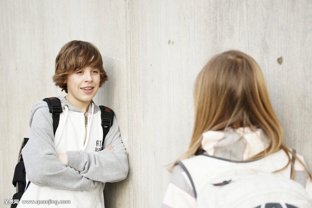 建筑,女性朋友,金发,淡色头发,长发,短发,欧洲,衣服,学生,墙壁,关注图片