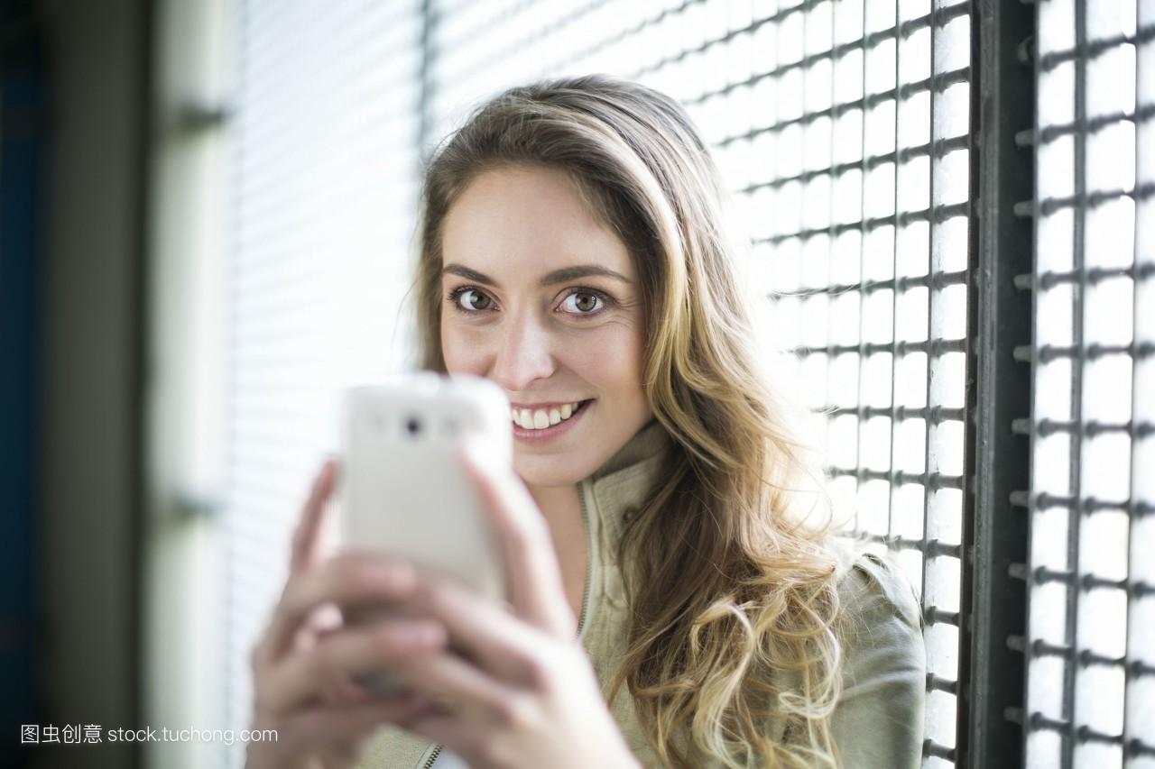 国内自拍偷拍性爱_手机,年青人,自拍,室内,露齿的微笑,金发女人,愉快,露齿笑,便装,一