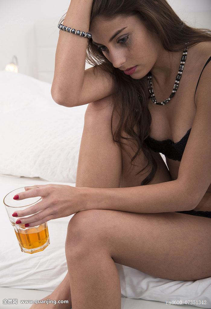 少妇浪穴_少妇,喝,化妆,卧室