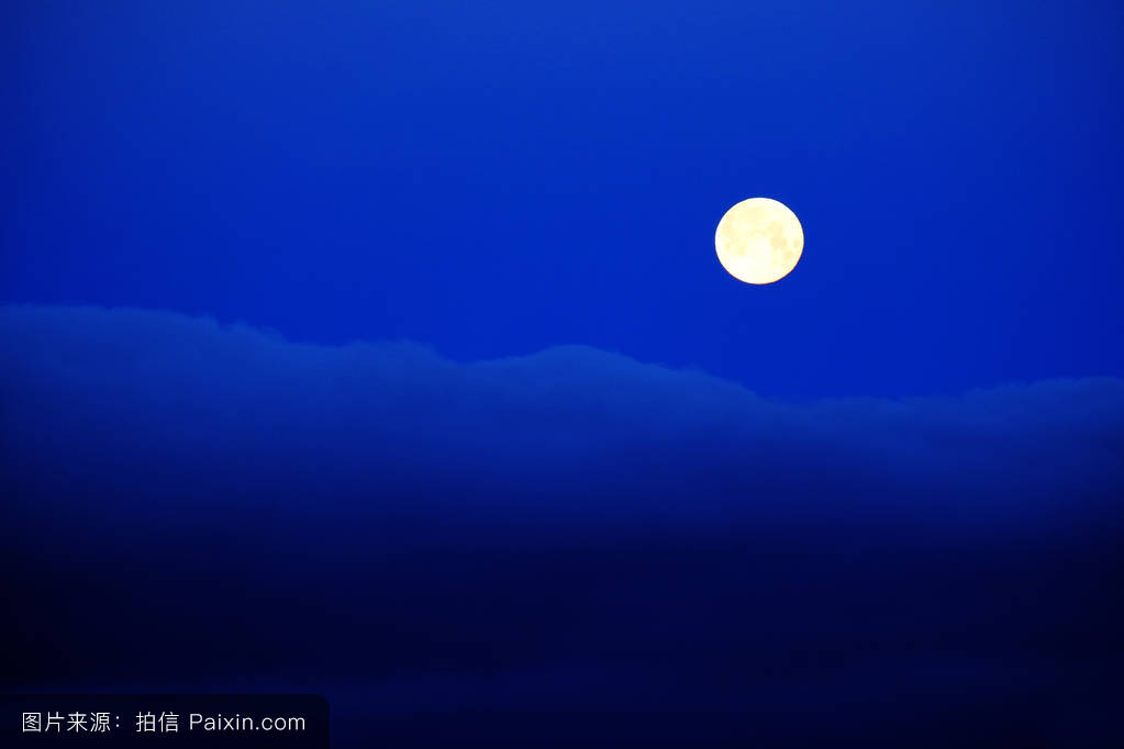 蓝色月光侦探礹.+y��_满月的云蓝色的夜空