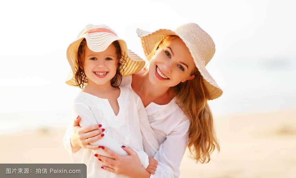 摸妈妈操妈妈�9l#�+_妈妈和孩子在日落时拥抱女儿