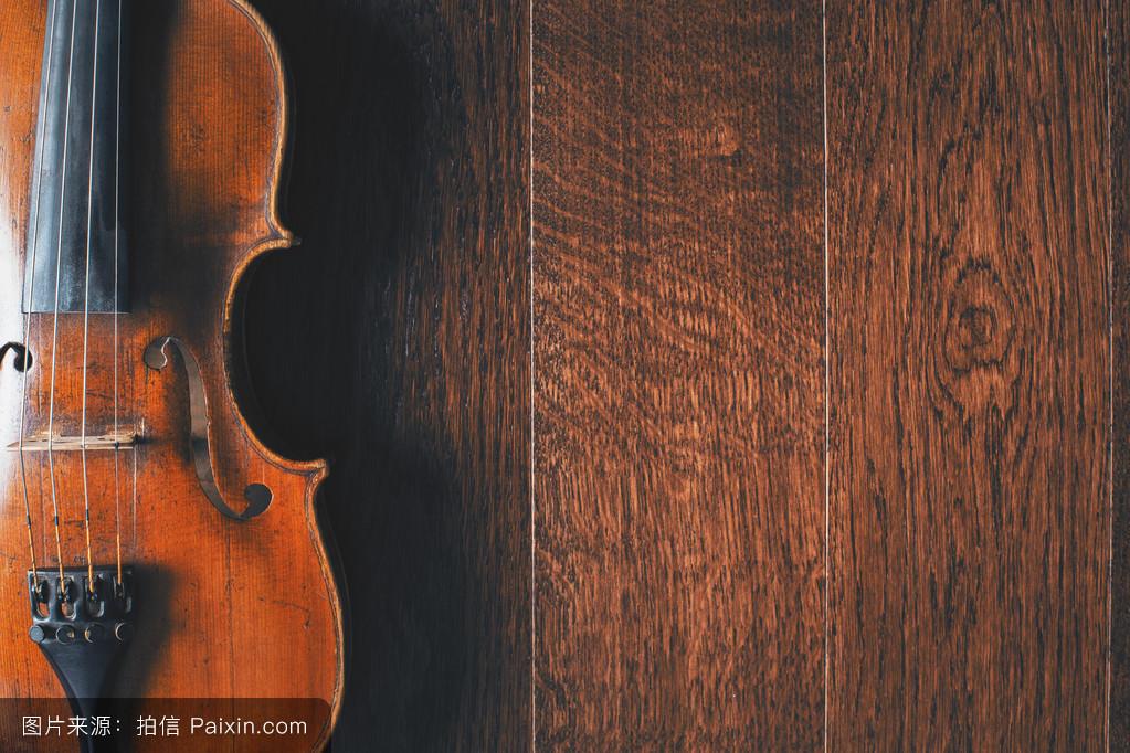 木地板上的小提琴图片