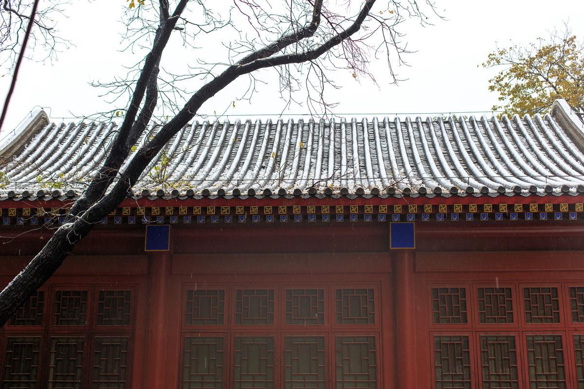历史遗迹,房檐,古建筑屋脊,彩绘,古代建筑,琉璃瓦屋檐,红漆花格门窗图片