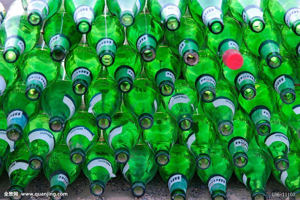 摆放整齐的空啤酒瓶图片