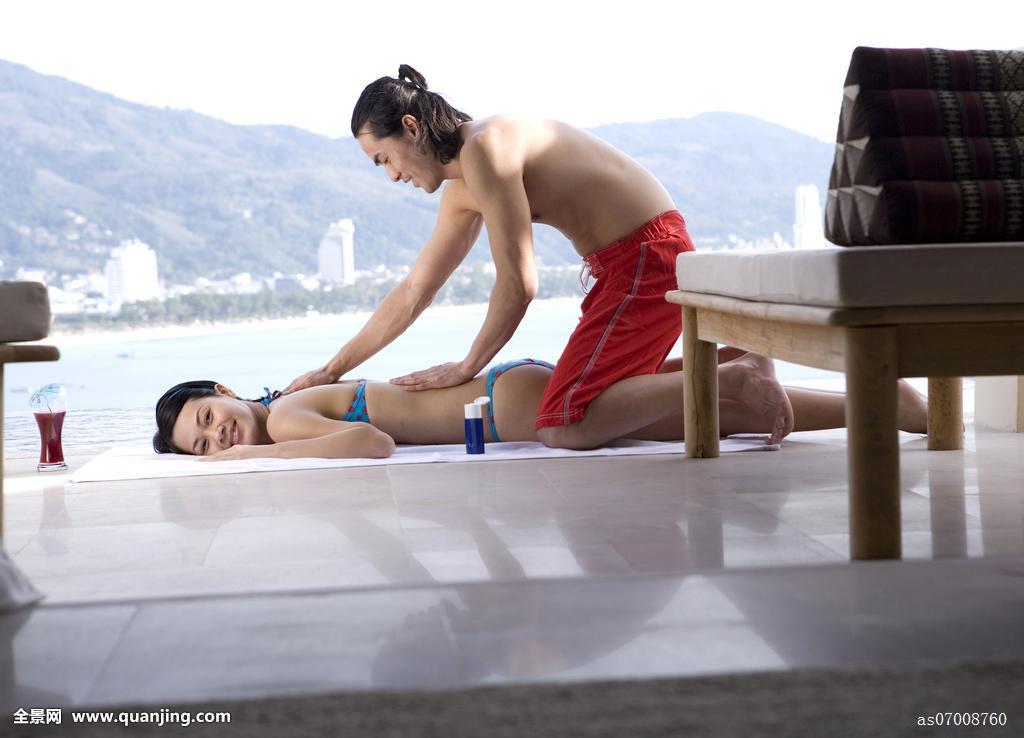 侧面,男青年,按摩,年轻,女人,背影,池边,普吉岛,泰国图片