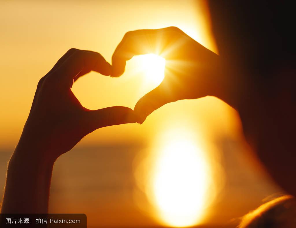 情感�yoey�n�e�_海滩日落时双手的心