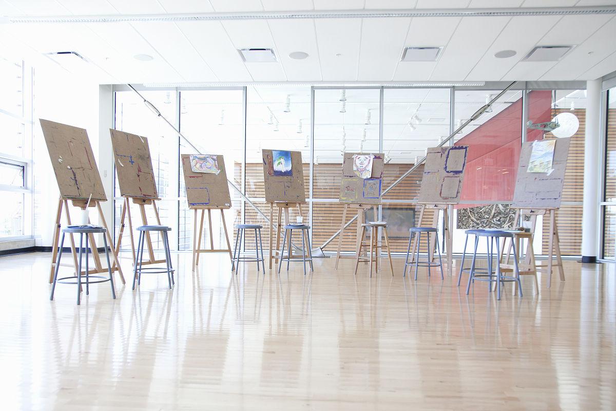 在美术教室画画的画架组图片