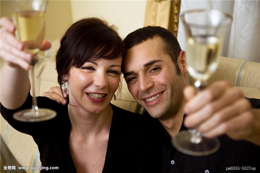高兴,发光,喜悦,悠闲,室内,干杯,约会,一对,成功,生日,岁月,女朋友图片