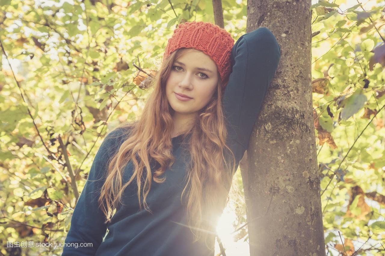女孩,人,欧洲,15岁到20岁,少女,女青年,长头发,树干,小孩子,逆光图片
