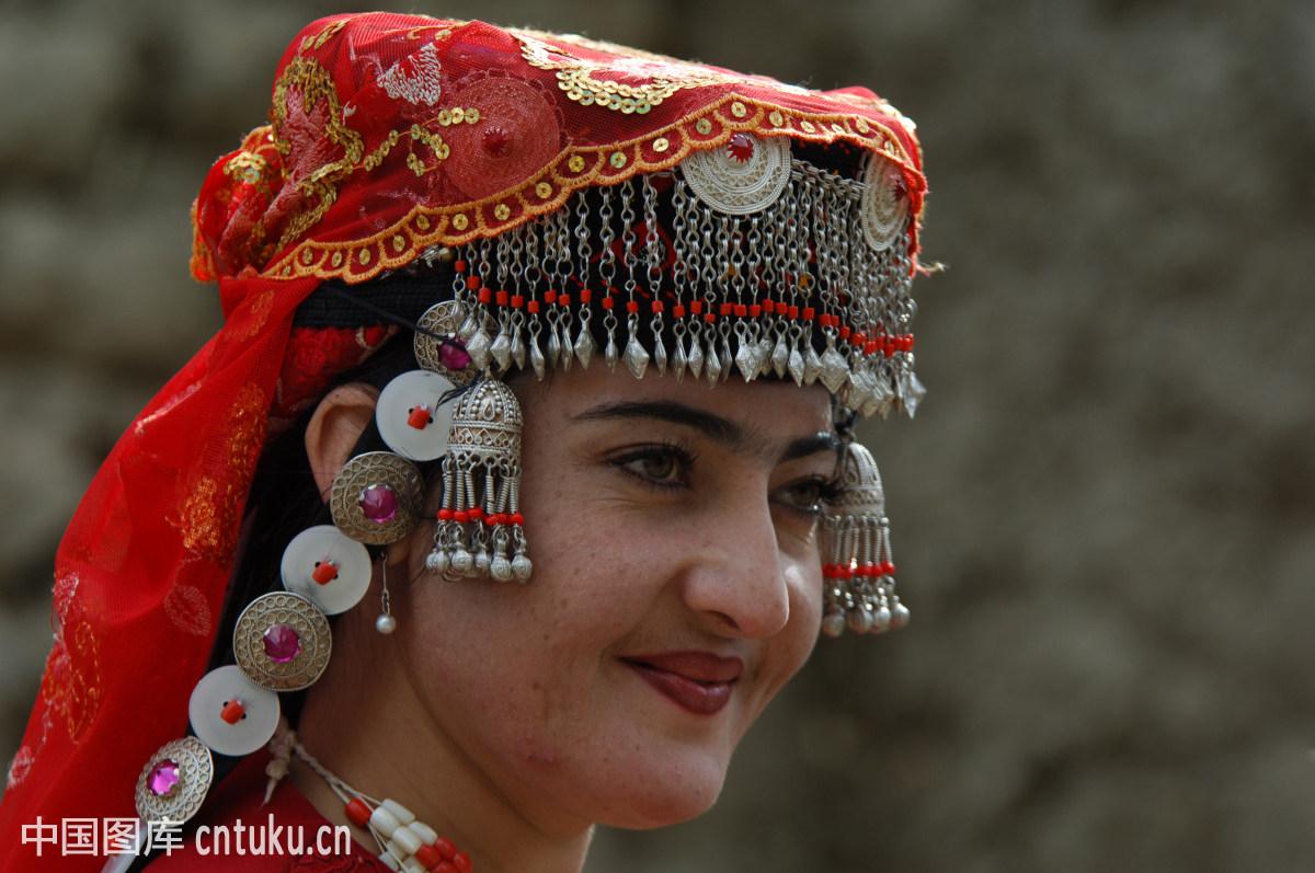 新疆女人��i&�f�x�_中国文化,中国西部,中年,民族,仅一个女人,白天,微笑,看着镜头,新疆