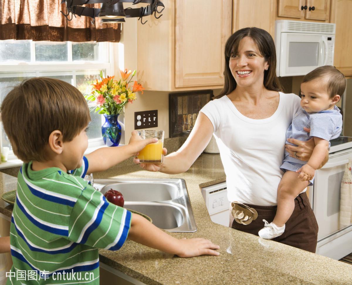 子操妈妈合集_在厨房掀起群子干妈妈
