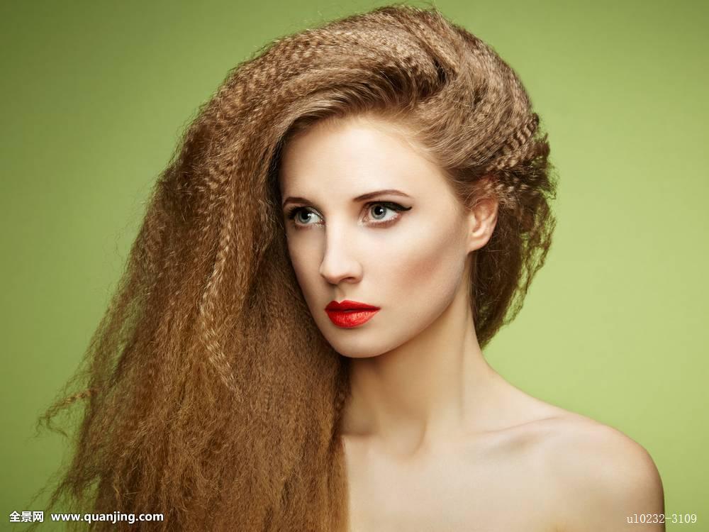 发型设计 女生发型大全卷发 > 别致的女生中分烫发发型图片  别致的女图片