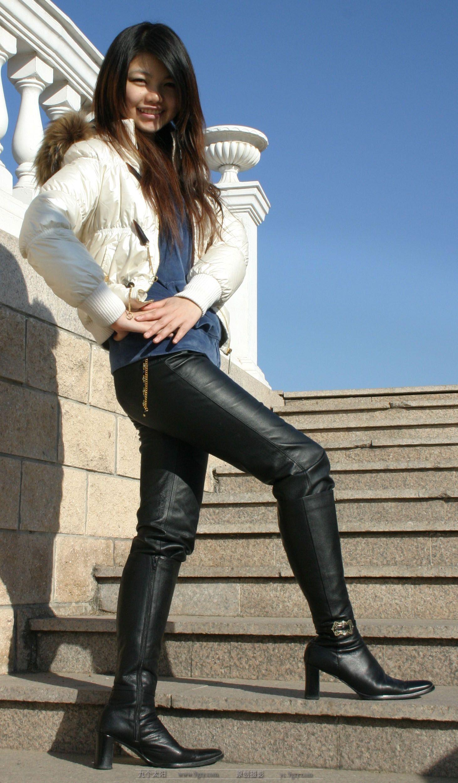 李玟皮裤翘臀_街拍皮裤紧臀_皮裤穿搭_皮裤的搭配_皮裤搭配_韶大人素材网
