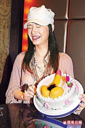 女大学生日狗的搞笑图片_搞笑的生日蛋糕,现在女生胆子好大啊 执掌天劫吧 百度贴吧 图片