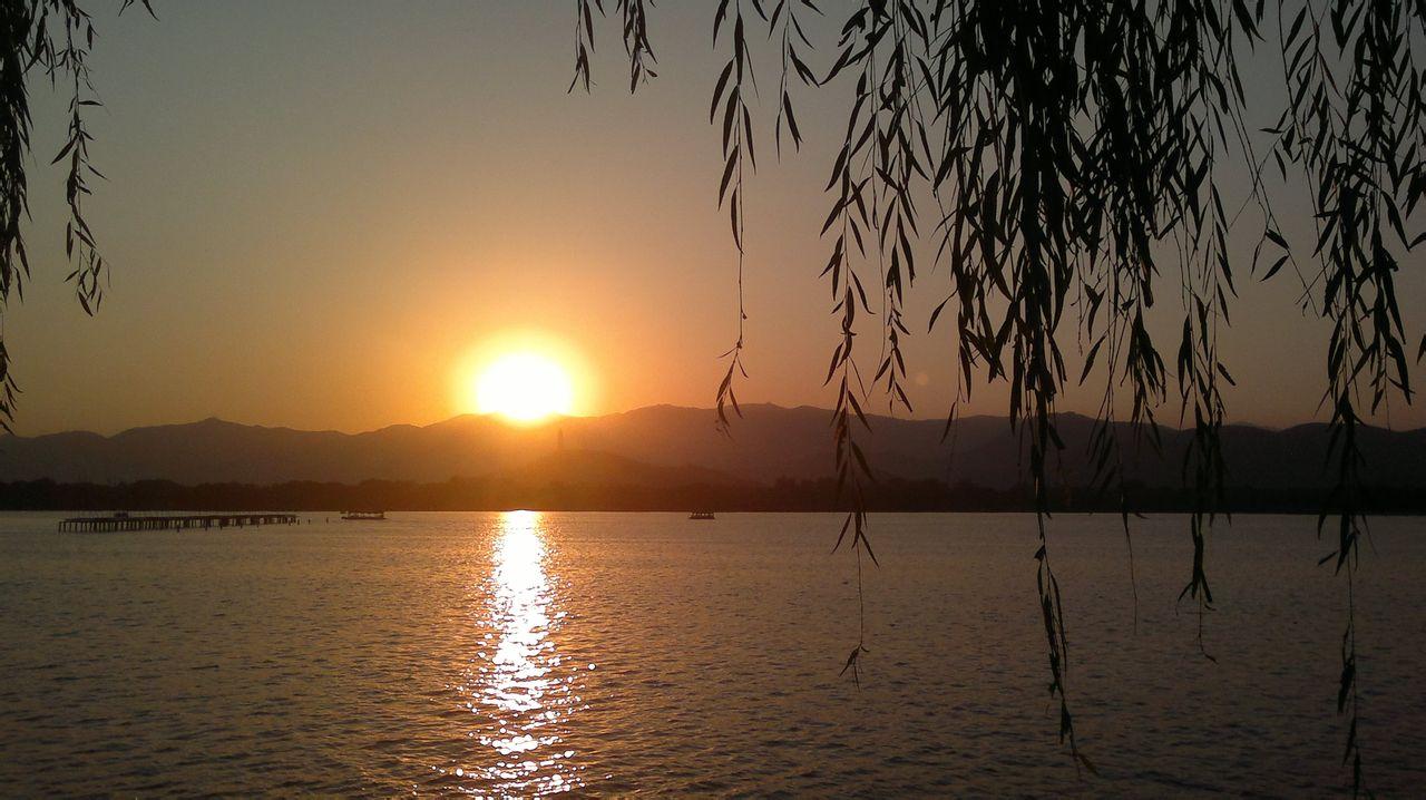 夕阳伤感黄昏唯美图_夕阳男生背影唯美图男生夕阳背影图片 阳光下的背影唯美图 图片