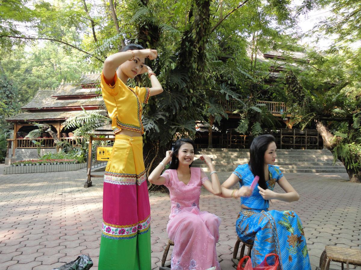 傣族姑娘_傣族姑娘们把盘头做为一件重要的事情