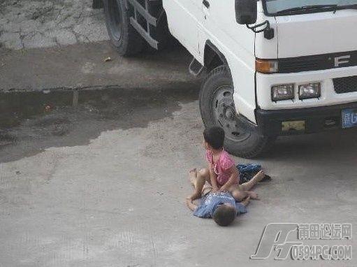 强奸xoo_7岁小女孩公路上强奸6岁小男孩,有图有真相