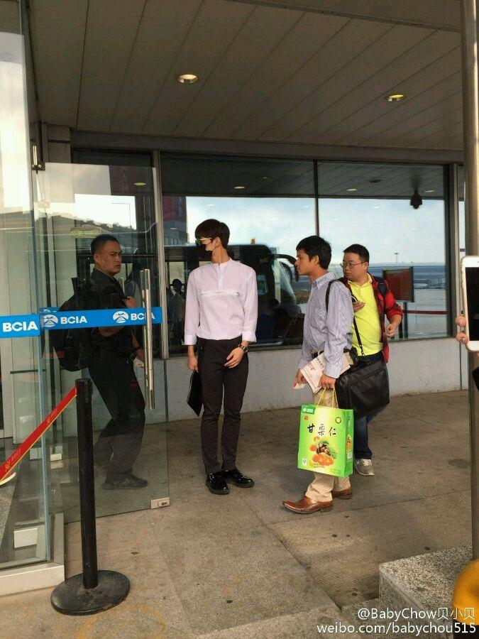 [分享]150930 杨洋北京飞上海 白衣黑裤尽显型男风范