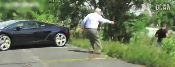 小伙恶作剧扔假屎在兰博基尼车上 车主用神秘武器瞬间电高清图片