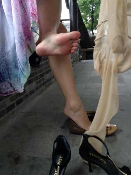 媳妇性交真实小�_今天给我老婆买的新鞋子她在试穿,她说挺喜欢