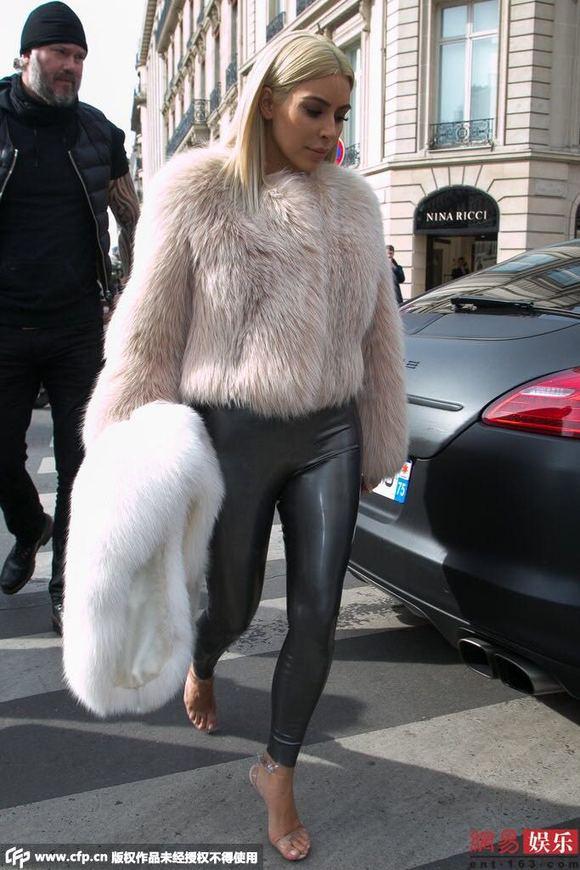 金卡戴珊大尺度写真_金·卡戴珊着 紧身 皮裤出街图片