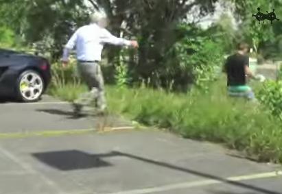 美闻网rachel编译报道 两名年轻男子试图整蛊一名兰博基尼高清图片
