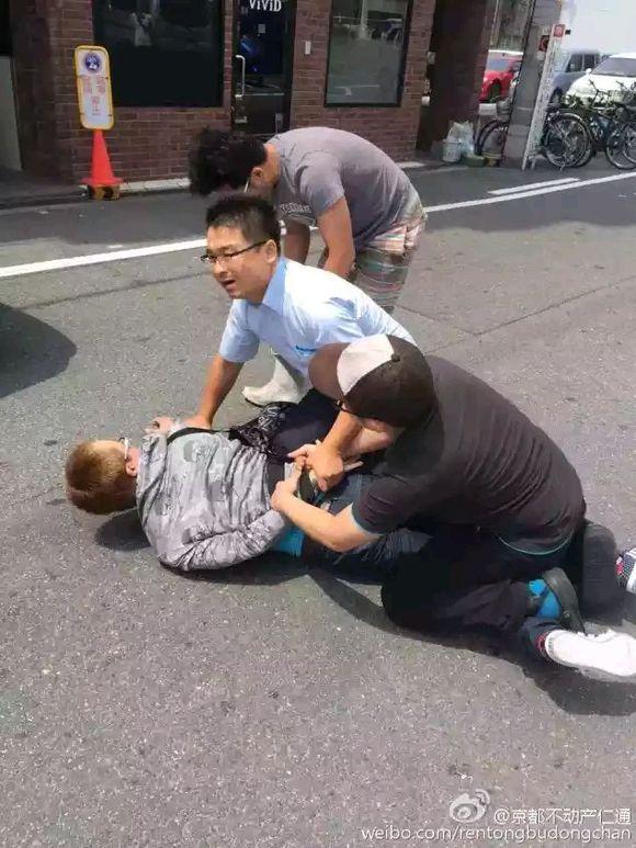人体韩囯大妈_【大阪街头,日本群众擒获抢中国大妈钱包的韩国人】