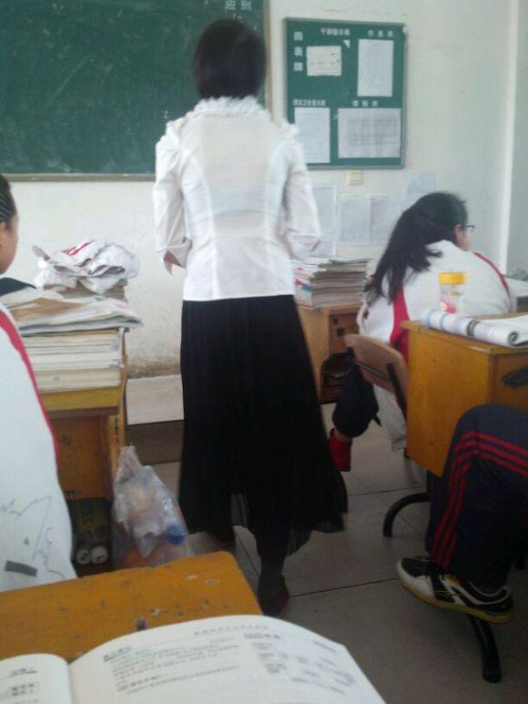 胸罩的超漂亮老师����_话说我们政治老师真牛逼……白衬衫黑胸罩