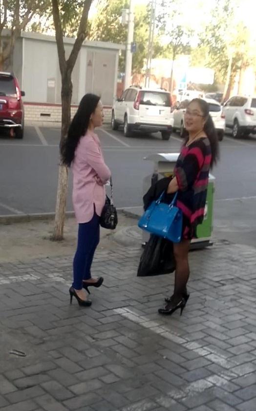 骚13站_现在的熟女都穿的这么骚情啊,黑丝,超短裙,紧身裤什么的