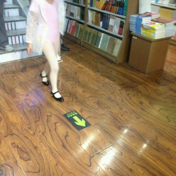 初一穿白丝_小女孩穿白丝视频_自己那双白丝小脚_小女孩的两个小馒头_三个 ...