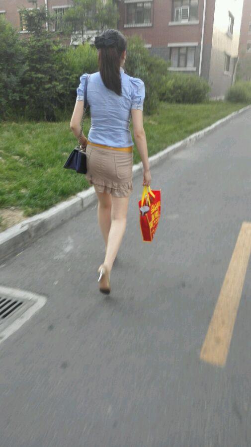隔壁的美少妇帮我手淫_下班坐公交遇一少妇,同一站下车,从车站一直跟拍到小区,既然和我