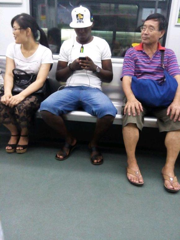 偷拍非洲人_跟我坐一趟地铁的黑人,我偷拍了几张,身材真棒!