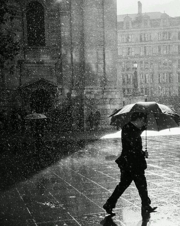 一個人走在路上雨中的你顯得這么落魄!圖片