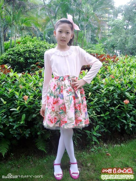 仔细看小女孩的裙底_中筒白袜的小女孩____系统之家网